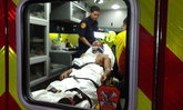 """สื่อฟ้าขาวเผยภาพ! """"ถิรชัย"""" ถูกหามส่งโรงพยาบาลหลังจบไฟต์"""