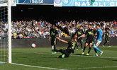 """นาโปลี เปิดรังอัด เวโรน่า 10 คน 3-0 ตามจ่าฝูง """"ม้าลาย"""" 6 แต้ม"""