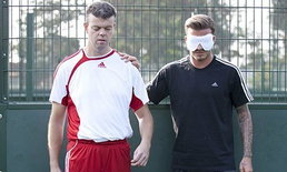 เบ็คส์ทึ่งฟอร์มคนตาบอดเล่นฟุตบอล