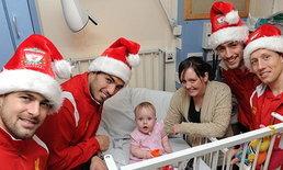 แข้งหงส์เป็นซานต้าเยี่ยมเด็กมอบของขวัญที่รพ.
