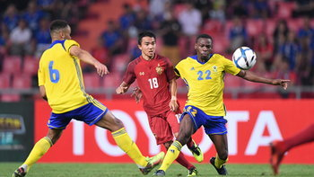 """ผลบอล : สุดระทึก! """"ทีมชาติไทย"""" แม่นเป้าเชือด """"กาบอง"""" 4-2 ลิ่วชิงฯคิงส์คัพ"""