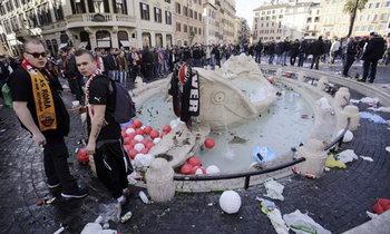 กรุงโรมเดือด! แฟนเฟเยนูร์ดคลั่งทำลายน้ำพุ 500 ปีพังยับเยิน (ภาพชุดและคลิป)