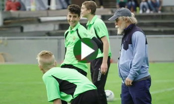′ชากิรี่′ ปลอมตัวเป็นคนแก่สอนบอลเด็กที่สวิส (คลิป)