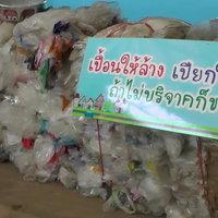 ชาวเทศบาลหล่มเก่าพร้อมใจกันกำจัดขยะพลาสติกนำมาบริจาคและแลกไข่