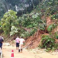 ดินสไลด์-ต้นไม้ล้ม เส้นทางสัญจรถูกปิดตาย