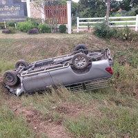 กระบะซิ่งเสียหลักพุ่งข้ามเกาะชนรถอีกคัน