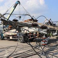รถเครนบรรทุกเรือเกี่ยวเสาไฟฟ้าล้ม 9 ต้น