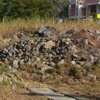 ชาวบ้านร้อง! ผู้รับเหมาชุ่ย ทำเขื่อนเสร็จไม่เก็บ ทิ้งหินโผล่เต็มแม่น้ำหลายตัน
