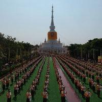 ต่าย อรทัย พร้อมนางรำกว่า 5,000 ร่วมฟ้อนถวายมือในงานนมัสการพระบรมธาตุนาดูน