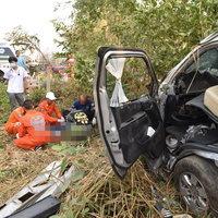 รถตู้นักศึกษา เสียหลักตกข้างทาง ดับ 1 เจ็บ 11 ราย