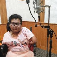 เด็กหญิงพิการไร้แขนขามาแต่กำเนิด รักการร้องเพลงหารายได้