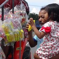 รถไถปันสุขวิ่งตามหมู่บ้าน แจกขนมให้เด็กช่วงโควิด