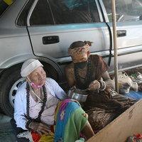 ฤาษีหนุ่มเลี้ยงดูแม่วัยชราอายุ 92 ปี นอนโลงปฏิบัติธรรม