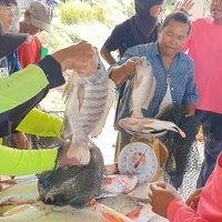วิถีบ้านทุ่ง ชาวบ้านนับพันแห่ซื้อบัตรลงแขกจับปลา หารายได้เข้าชุมชน
