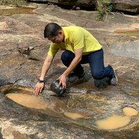 ตะลึงงัน! พบรอยเท้ามนุษย์โบราณนับร้อยปี กลางป่าลึกวังน้ำเขียว
