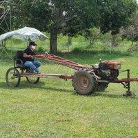 คิดได้เนอะ! นักการภารโรงดัดแปลงรถไถนา ทำรถตัดหญ้าสนามฟุตบอล เก๋ไปอีกแบบ