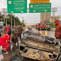 ซิ่งระทึก! เบนซ์ซิ่งชนท้ายรถบรรทุกไฟไหม้ทั้งคัน คนขับโบกรถไปหาหมอ