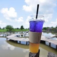 เที่ยวชมสะพานไม้กลางน้ำ ดื่มกาแฟชมวิว แถมได้ร่วมทำบุญ
