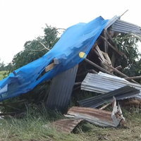 ลมพิโรธ! พายุฝนกระหน่ำพัดบ้านพัง ลูกสาวต้องแบกพ่อหนีตาย