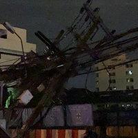 ระทึกกลางดึก นั่งร้านก่อสร้างรถไฟฟ้าล้มพาดสายไฟหัก 2 ต้น
