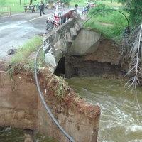 ระทึก! น้ำกัดเซาะคอสะพานขาด รถเล็กรถใหญ่ไม่สามารถสัญจรผ่านได้