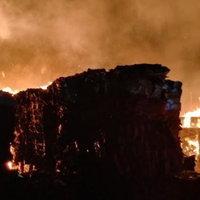 ระทึก ไฟไหม้ภูเขากระดาษรีไซเคิล รับลมหนาว