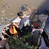 กรรมติดจรวด! โจรย่องขโมยรถยนต์พระ ขับหนีไปตกสะพานไม้พลิกคว่ำ