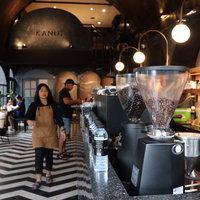 ร้านกาแฟเรียบหรูกลางเมือง เน้นโทนสีดำตกแต่งโมเดิร์นร่วมสมัย
