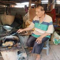 ชีวิตไชายพิการวัย 71 ปี ขาขาด 2 ข้าง ไม่แบมือขอใครเก็บขยะหาเลี้ยงครอบครัว
