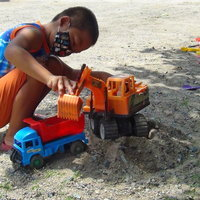 เด็ก 7 ขวบโชว์ขับแบ็คโฮคันใหญ่ ช่วยพ่อทำงานอย่างคล่องแคล่ว