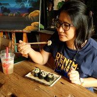 ซูชิไข่มดแดง ราดด้วยข้าวคั่วพริกคั่วและน้ำยำ ต้องลองแซ่บ