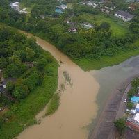 แปลกตา ธรรมชาติรังสรรค์! ฝนตกหนักเกิดปรากฏการณ์น้ำสองสี กลางน้ำวังเมืองลำปาง