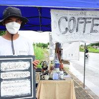หนุ่มพิการหูหนวกไม่ท้อชีวิต ชงกาแฟขายริมทาง