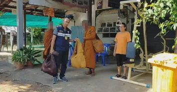 ตม.เพชรบูรณ์ จับพระเขมรหลบหนีเข้าเมืองเดินบิณฑบาตขอเงินบาทไทย
