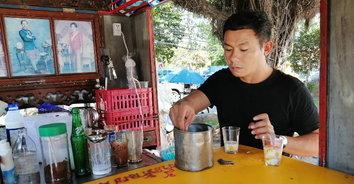 """""""ยอดกาแฟอายุยืน"""" ร้านกาแฟโบราณแนวใหม่ใช้ครกหินบดเมล็ดก่อนชง"""