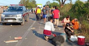ซิ่งมรณะ! กระบะแข่งกัน ชนท้ายรถขนคนงานบาดเจ็บและเสียชีวิต