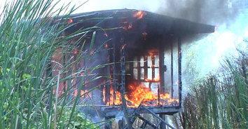 ไฟไหม้บ้านเช่า ดับเพลิงเจอซอยแคบรถเข้าไม่ได้ ต้องลากสายฉีดน้ำเข้าซอย