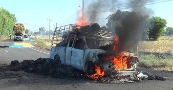 ภาพระทึก! ไฟไหม้รถกระบะบรรทุกฟางข้าวเสียหายทั้งคัน