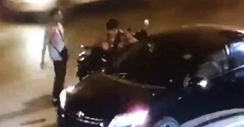 ล้มเองนักเลงเฉย! วัยรุ่นเมาขับ จยย.ล้มเอง โมโหทุบยกระจกมองข้างรถยนต์พังเสียหาย(มีคลิป)