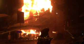 ไฟไหม้ร้านขายสีและอุปกรณ์ก่อสร้างวอด 3 คูหา เสียหายกว่า 20 ล้านบาท