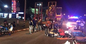 อุทาหรณ์ 2 หนุ่มควบจักรยานยนต์เล่นโทรศัพท์เพลิน เสยท้ายรถบรรทุกเจ็บหนัก!