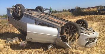 สาวขับรถเก๋งเสียหลักพลิกคว่ำหงายท้องได้รับบาดเจ็บ