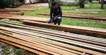 มอดไม้ลอบตัด-แปรรูปไม้ในเขตป่าสงวนฯ ขยายผลพบไม้แปรรูปซุกซ่อนในพงหญ้า