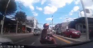 สาวเตือนภัย! หนุ่มขับบิ๊กไบค์ปาดหน้าจอดให้ชน โชคดีกล้องหน้ารถจับภาพชัดเจน (คลิป)