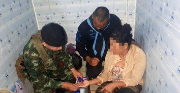 ทหารจับป้าวัยขายยาบ้าเลี้ยงหลาน ยึดกว่า 400 เม็ด เงินสดนับแสน!