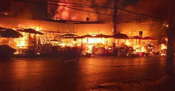 """ไฟไหม้ """"ตลาดแม่กิมเฮง"""" หม้อแปลงไฟระเบิด เสียหายกว่า 50 ล้านบาท"""