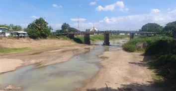 พิจิตรแล้งหนัก! แม่น้ำยมหน้าอำเภอโพธิ์ประทับช้างแห้งขอด