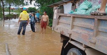 สุโขทัย ระดับน้ำในแม่น้ำยมเพิ่มสูงขึ้นถึงจุดวิกฤติเจ้าหน้าที่เร่งวางกระสอบทราย