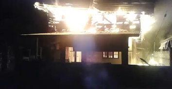 ลมหนาวกระโชกแรง ไฟไหม้บ้านวอดทั้งหลัง เจ้าของถึงกับทรุด