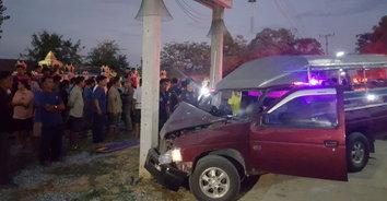 พ่อเฒ่าขับรถรับส่งนักเรียนหัวใจวาย รถชนเสาไฟฟ้าข้างวัดเสียชีวิต!